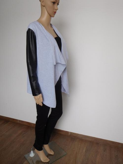 Offene Jacke mit Ledereinsatz in Grau